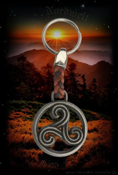 Schlüsselanhänger mit keltischer Triskele aus Metallguss und Leder