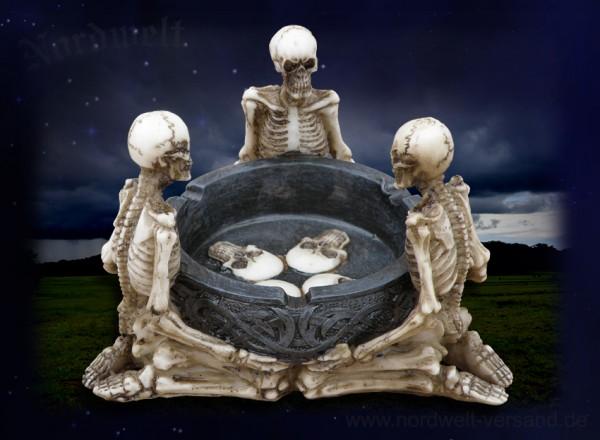 Aschenbecher mit drei Skeletten