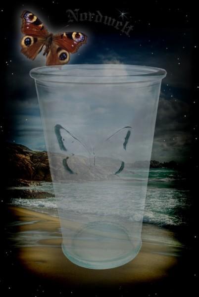 Glas mit Schmetterling reliefartige Darstellung Trinkglas aus grünem Waldglas