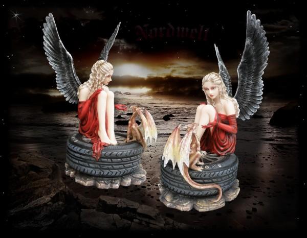 Elfe mit Drache Drachenelfe auf Autoreifen Reifen sitzend Engel