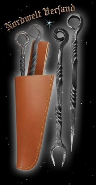 Pfriem (Essdorn) und Gabel mit brauner Lederscheide