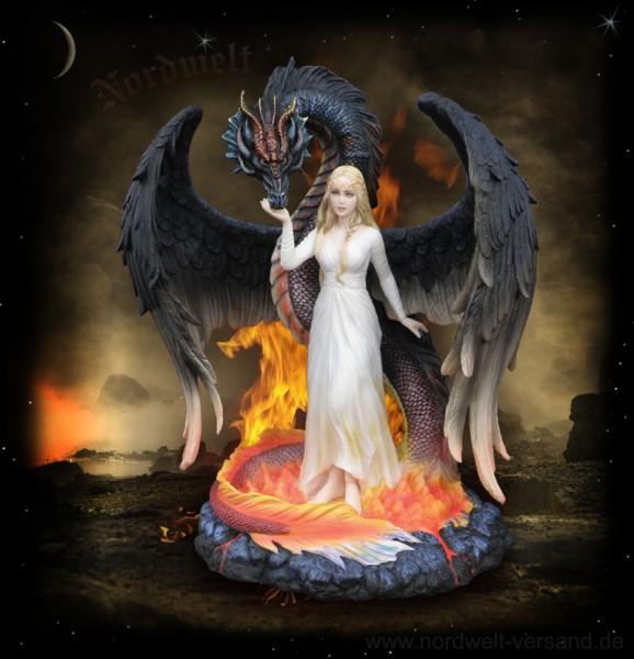 Drachenkönigin mit Drache aus Polyresin