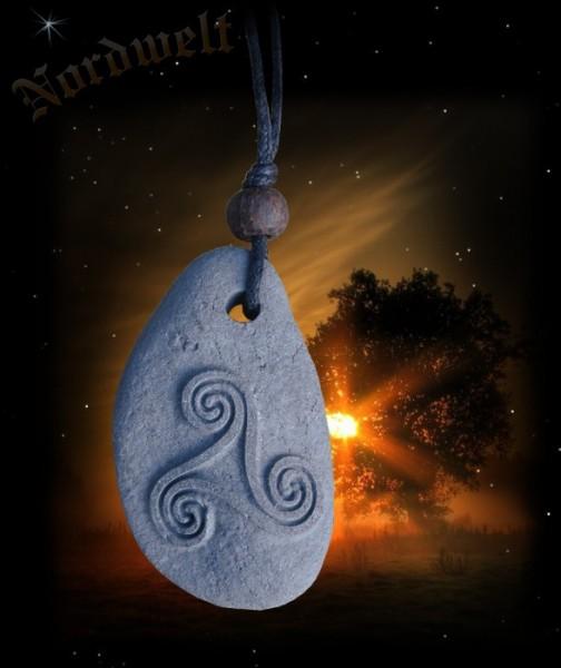 Triskele auf Lavastein keltischer Schmuck Anhänger aus Naturstein